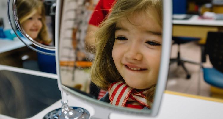 手鏡を持つ子ども